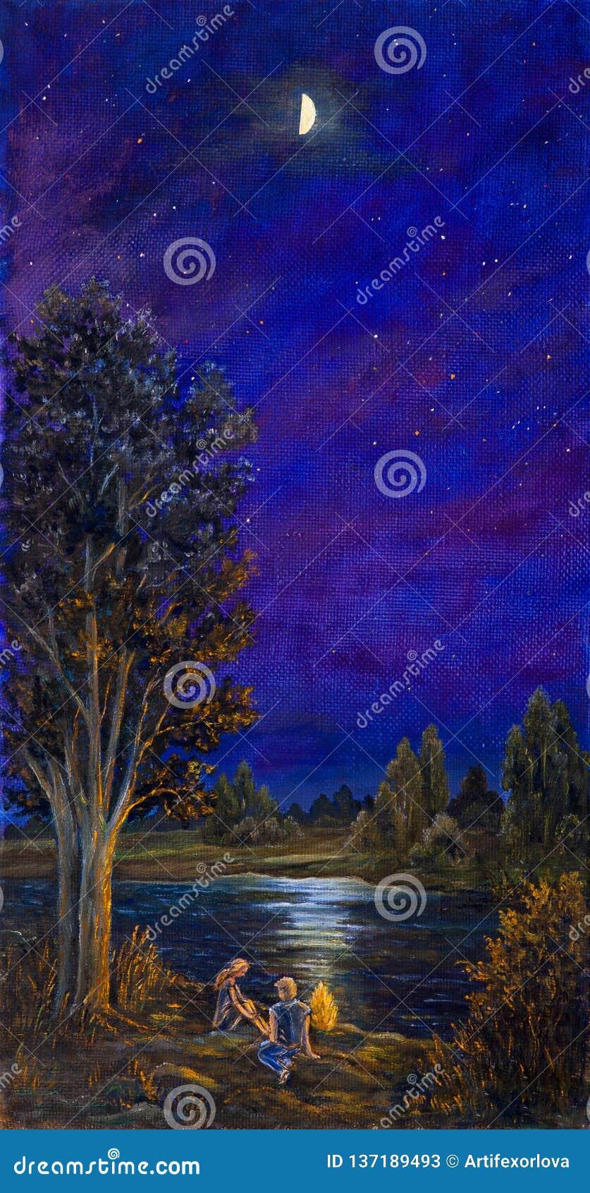 Der Kerl und das Mädchen, die auf Strand kampieren und durch das Feuer auf einer Sommernacht sitzen Paare, die auf dem Fluss nahe