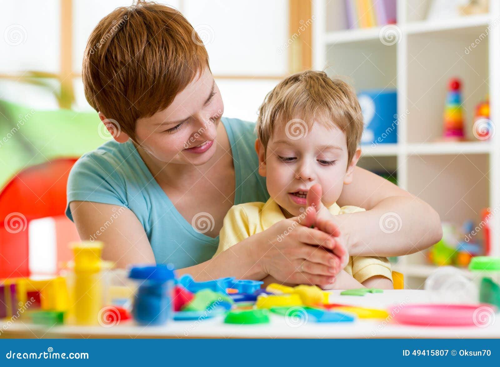 Download Der Kinderjunge Und -mutter, Die Bunten Lehm Spielen, Spielen Stockbild - Bild von zuhause, teig: 49415807