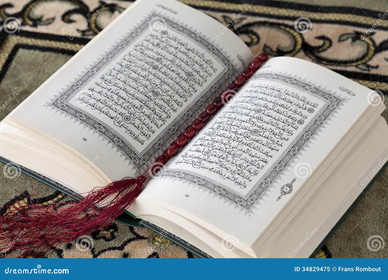 Der Koran Und Die Gebetsperlen Lizenzfreies Stockfoto