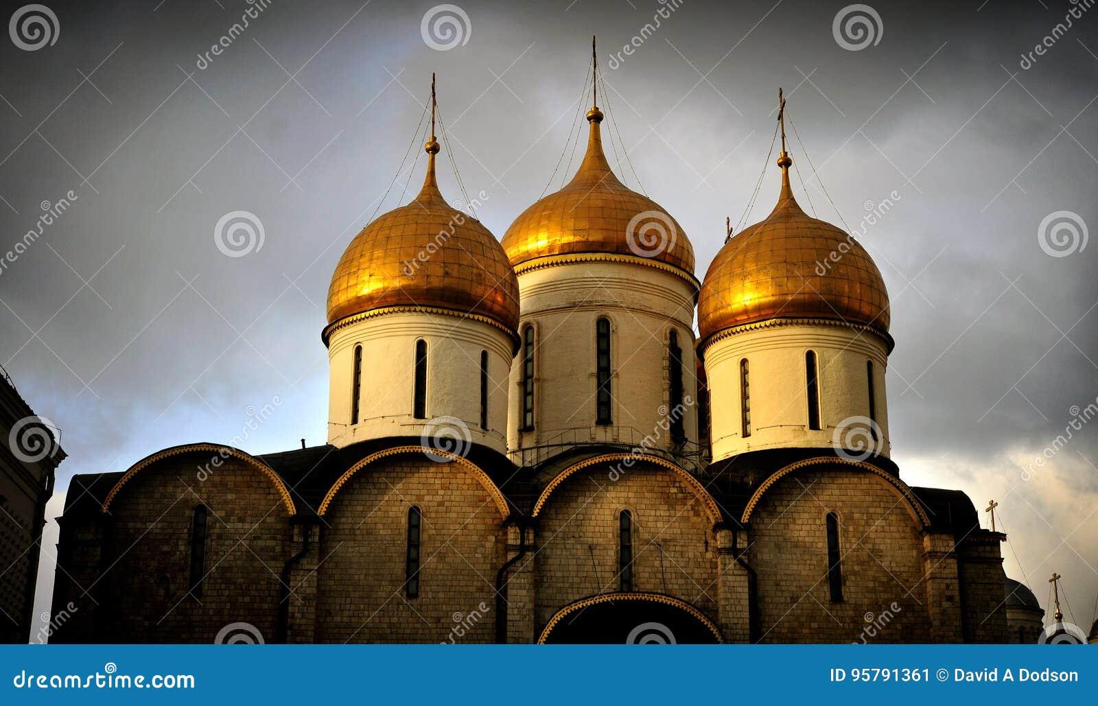Der Kreml-Kathedralen-Hauben, Moskau, Sonnenuntergang-Strahlen