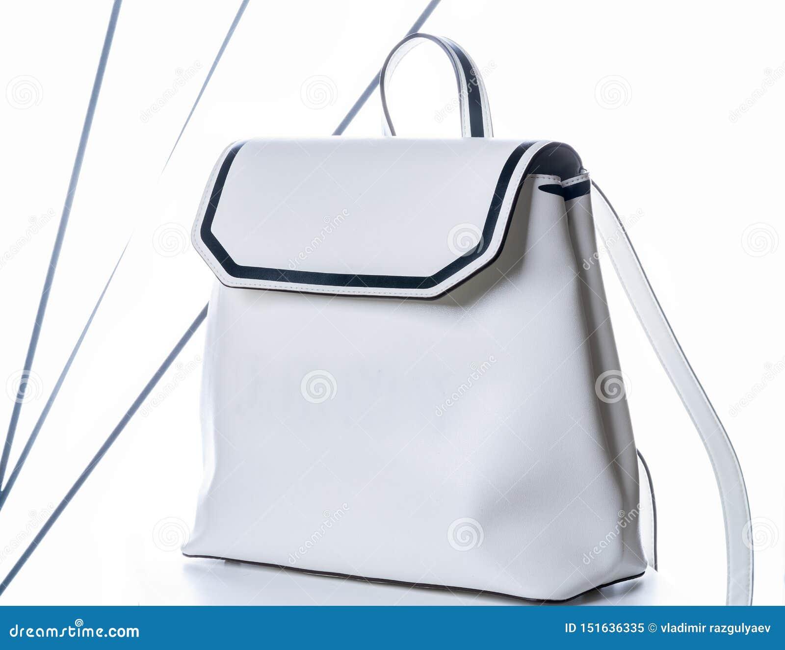 Der lederne Rucksack der weißen Frauen Modetasche auf wei?em Hintergrund