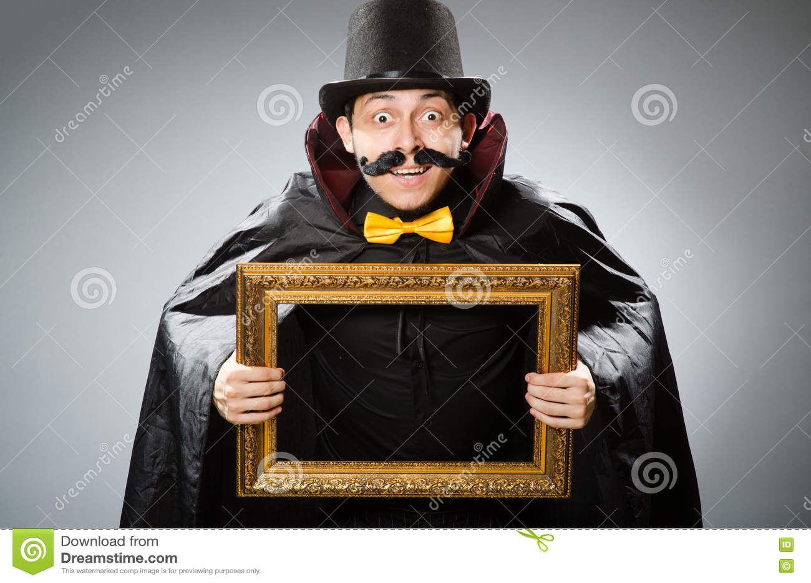 Der Lustige Mann Mit Bilderrahmen Stockbild - Bild von halloween ...