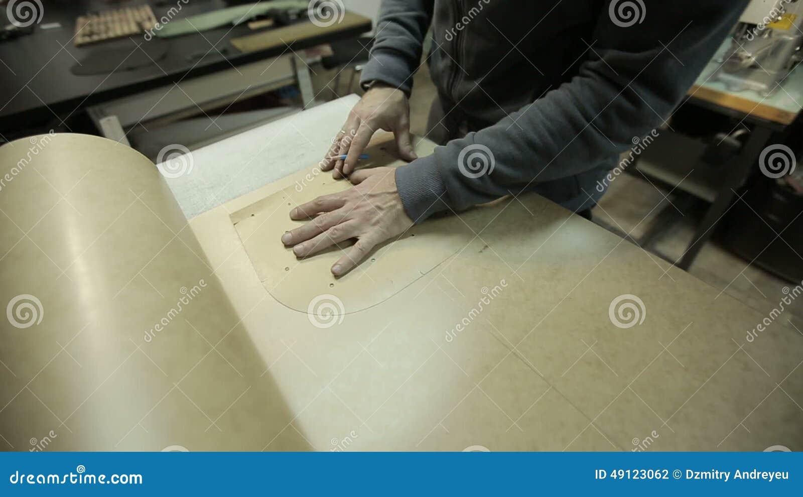 Der Mann, Der An Der Fabrik Arbeitet Schneidet Papprahmen Für Die ...