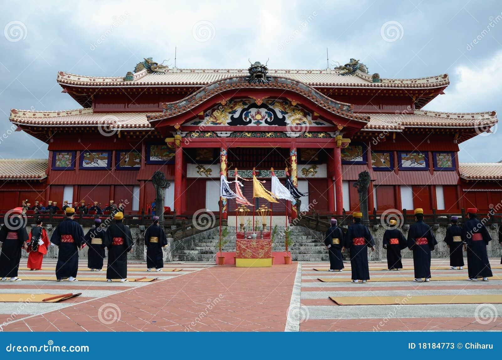 Der Mann, der vor Shuri Schloss, Okinawa steht