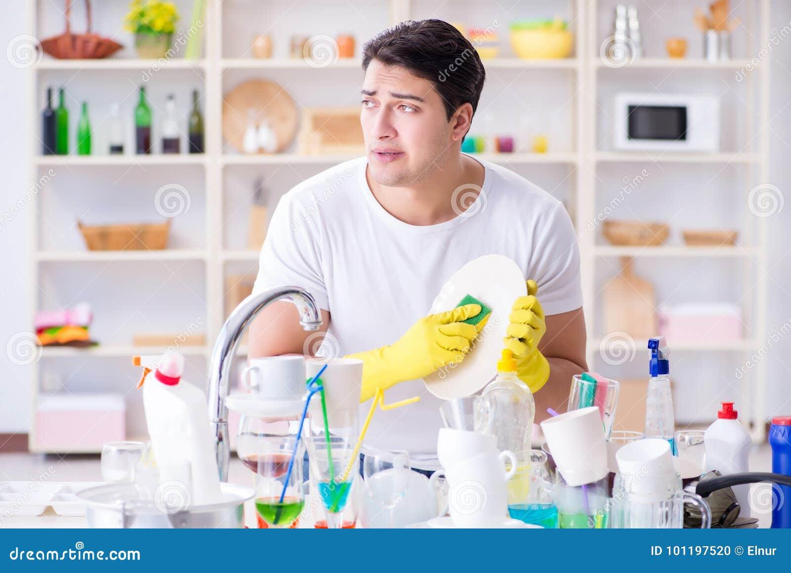 Der Mann, der am Müssen Teller waschen frustriert ist