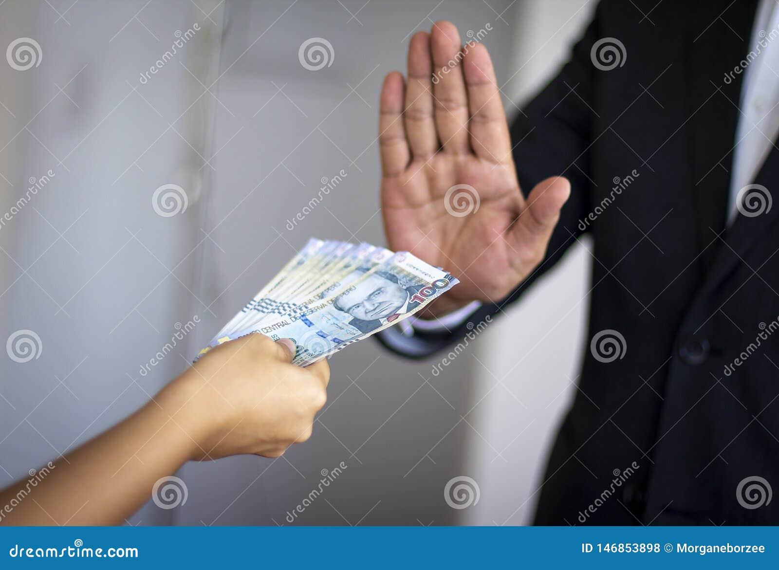 Der Mann, der peruanisches Geld zurückweist, bot durch eine Frau an