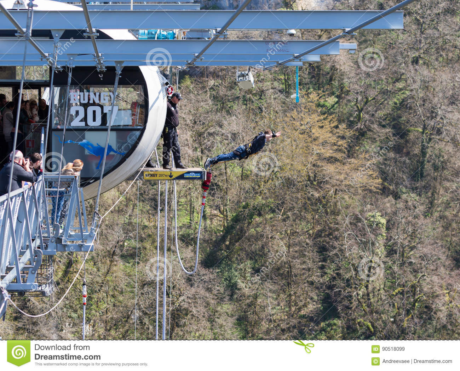 Der Mann Springend Von Der Brücke Sochi Redaktionelles Stockbild