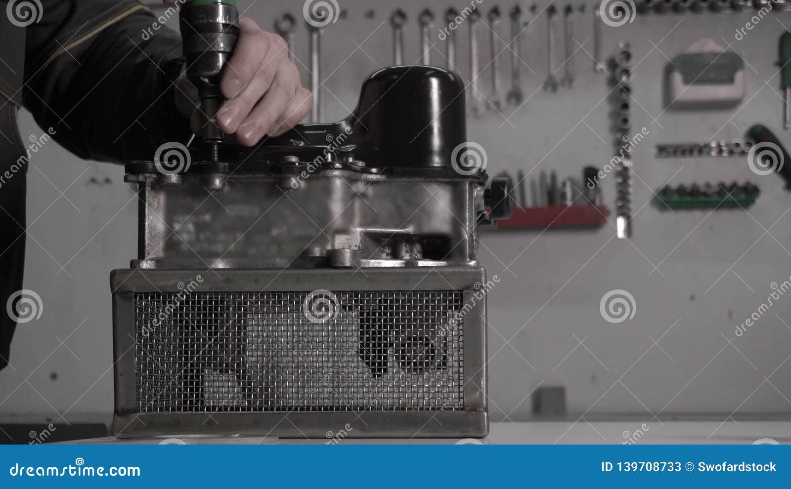 Der Mechaniker führt den Zusammenbau eines modernen Automatikgetriebes DSG, die Nahaufnahme durch, Roboter stock video footage