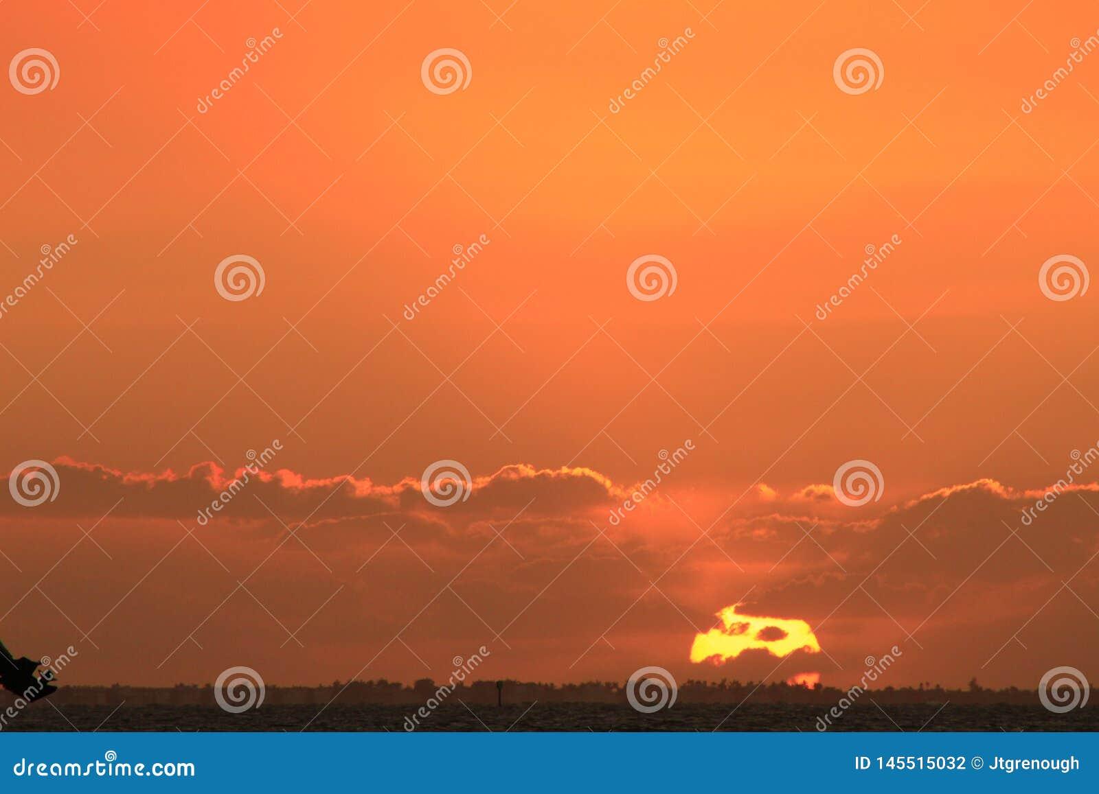 Der Moment des Sonnenuntergangs auf der Insel