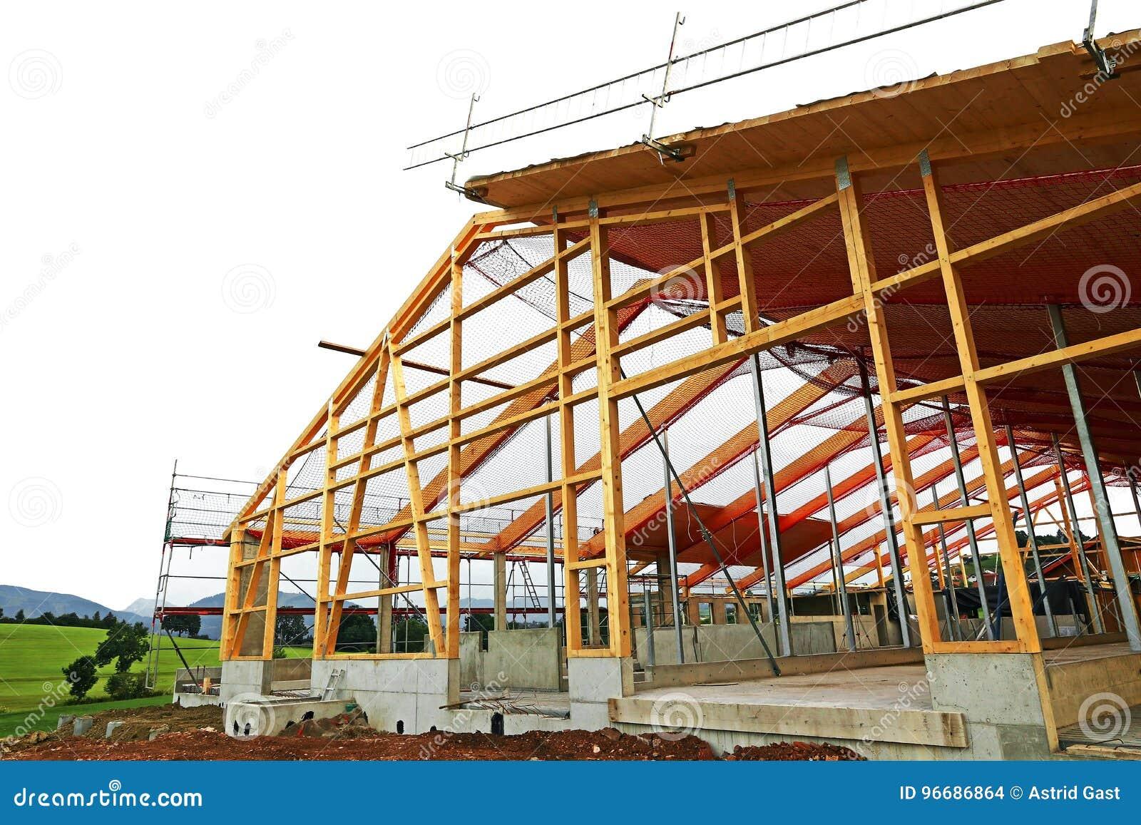 Der Neubau Eines Bauholzhauses Mit Dachrahmen Stockfoto - Bild von ...