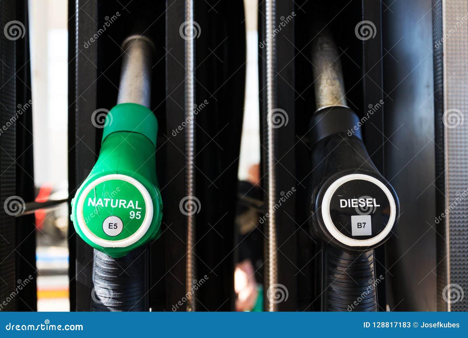 Der neue Brennstoff, der an der Tankstelle beschriftet, pumpt mit neuen EU-Aufklebern