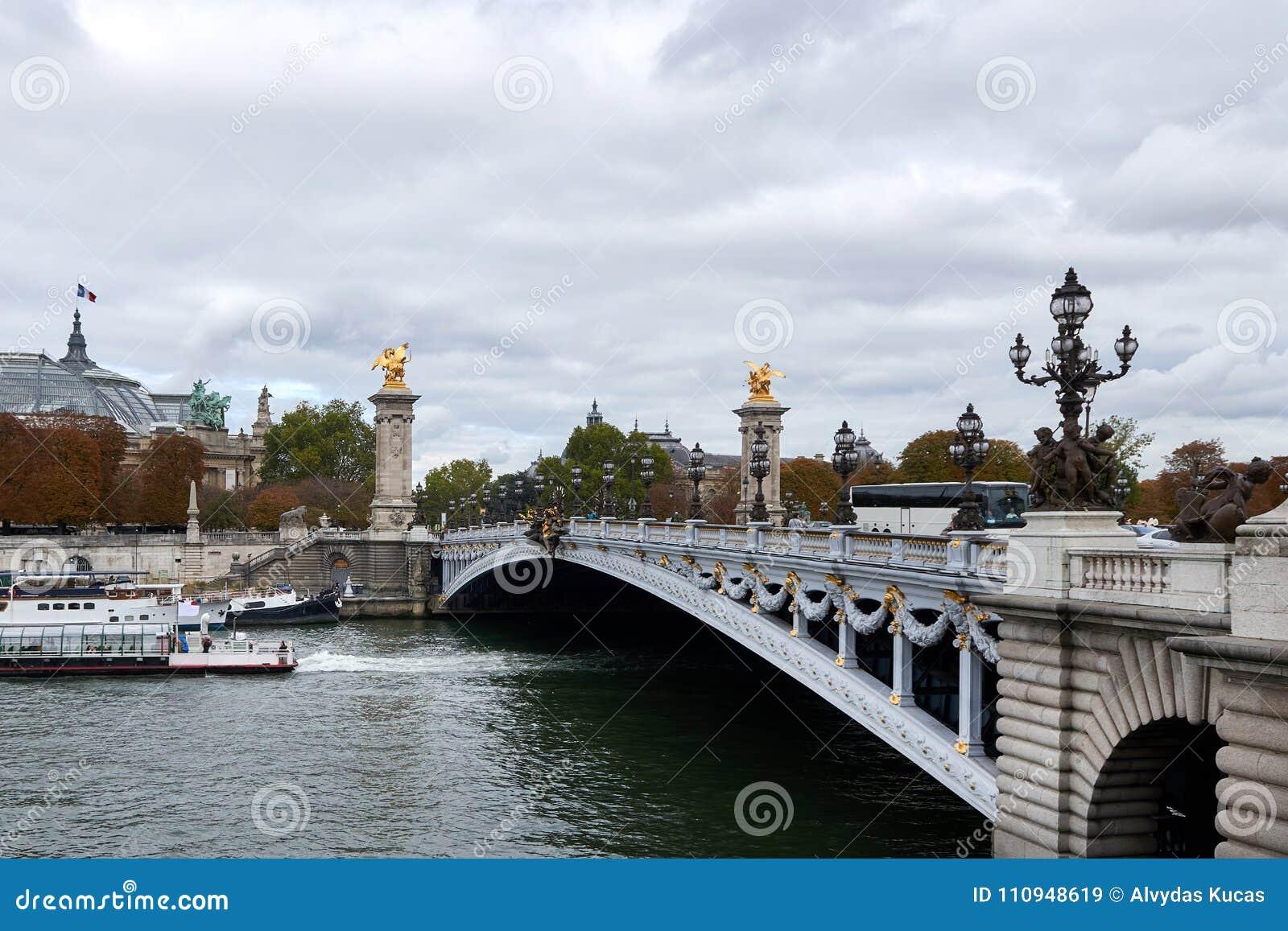 Der Pont Alexandre III ist eine Plattformbogenbrücke, die die Seine in Paris überspannt
