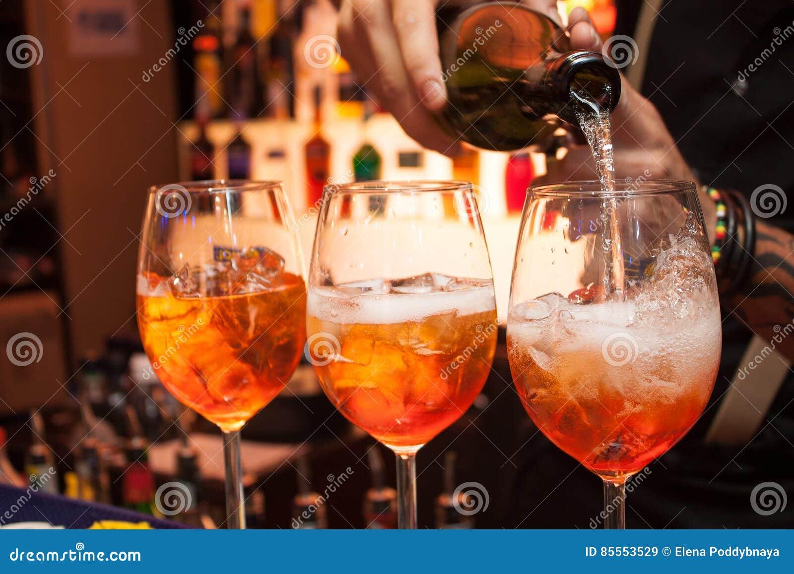 Der Prozess des Vorbereitens des Cocktails Aperol