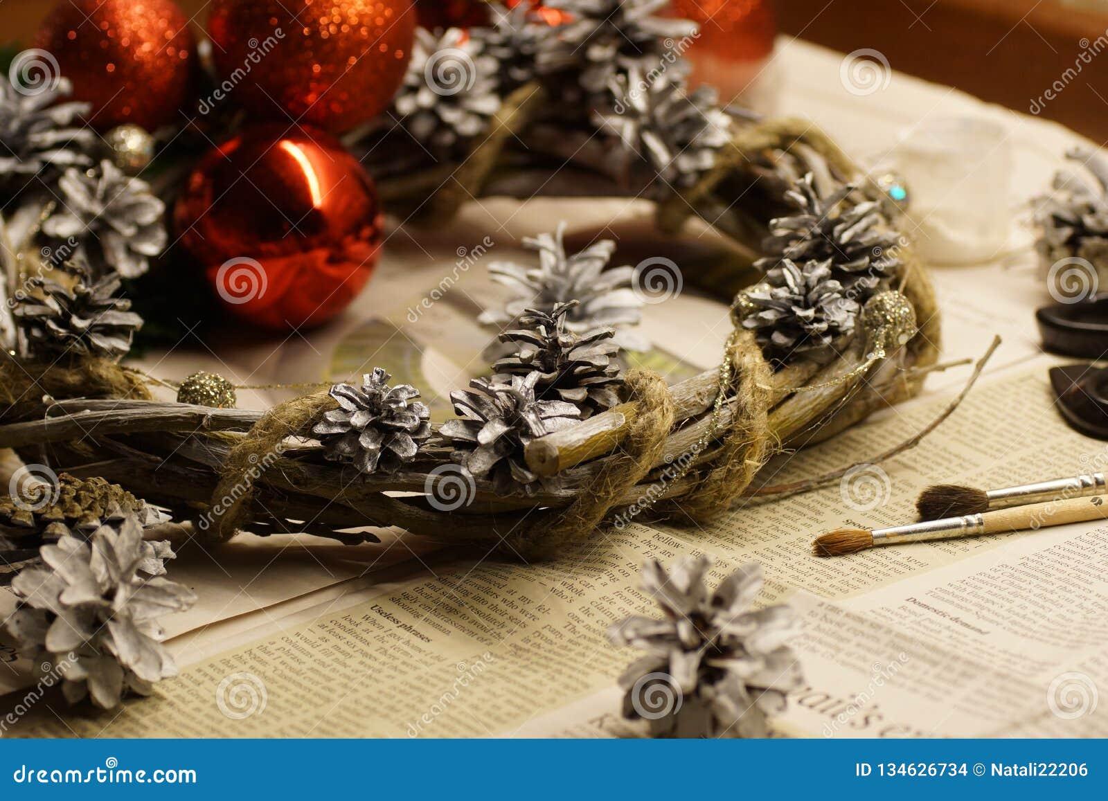 Der Prozess der Herstellung eines Weihnachtskranzes mit seinen eigenen Händen Einführungskranz oder Einführungskrone, ist eine ch