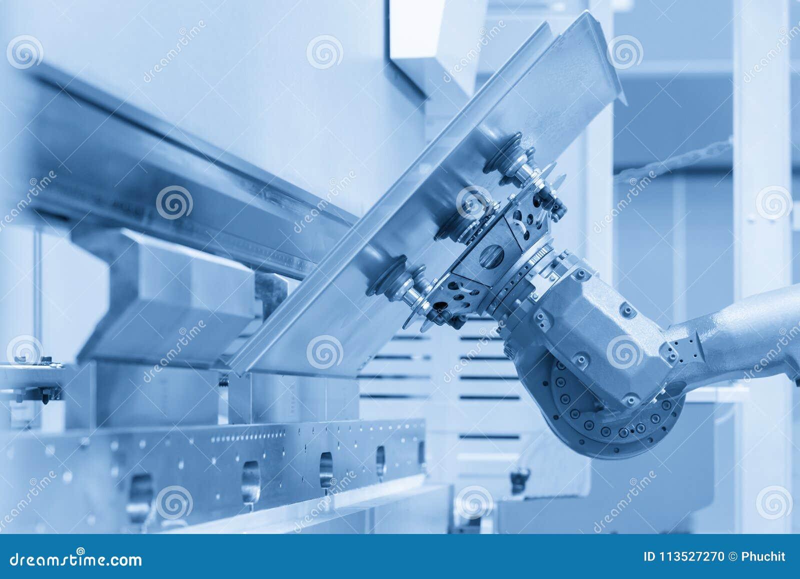 Der Roboter für das Metall, das Blech übergibt