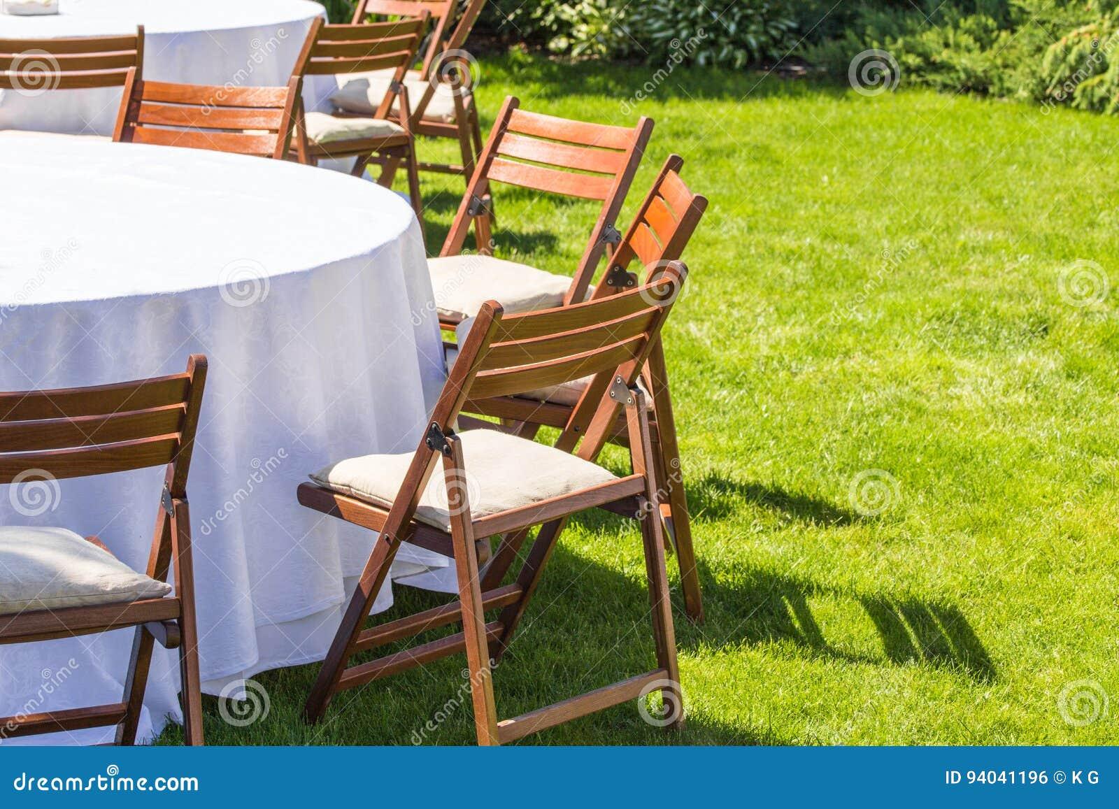 Der Rundtisch, Der Mit Weißem Stoff Bedeckt Werden Und Die Stühle ...