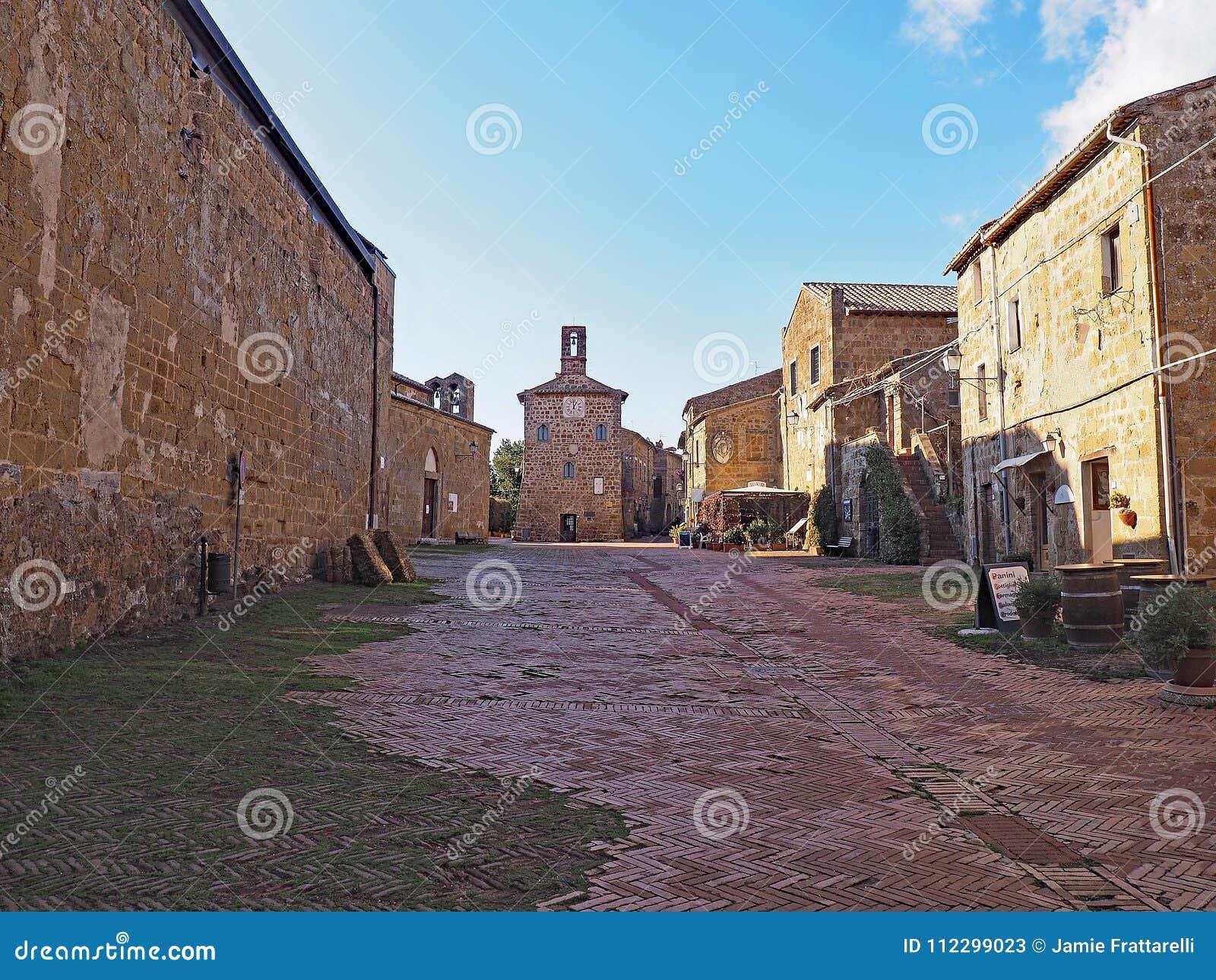 Der schöne Hauptplatz von Sovana, Italien