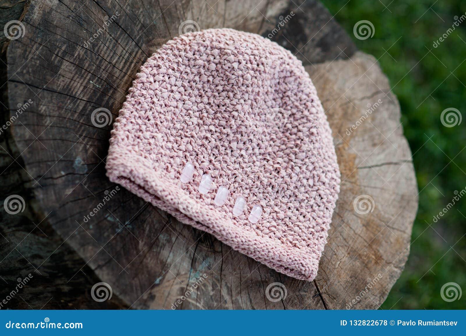 Der schöne warme woolen Hut der Frauen mit einem großen stricken Schuss im natürlichen Licht