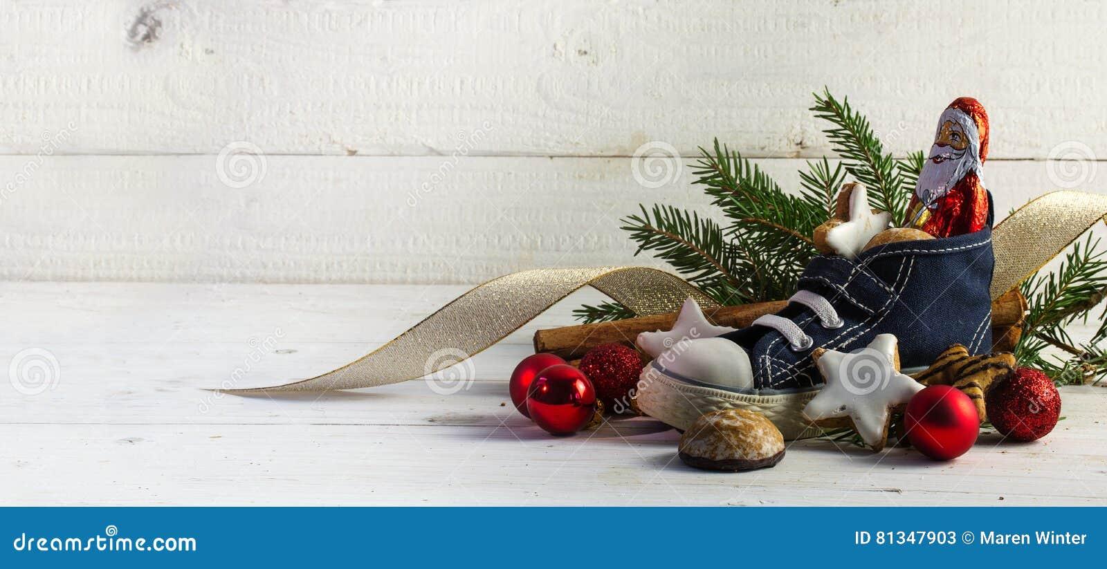 Der Schuh Der Kinder Füllte Mit Bonbons, Plätzchen Und Weihnachten ...