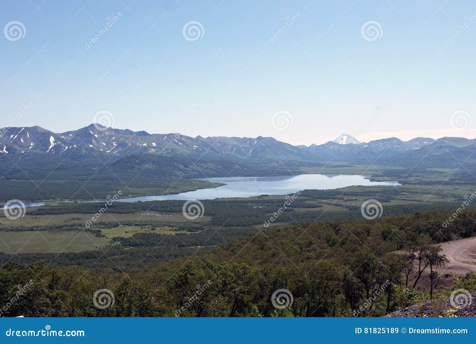 Der See dazu bezahlt von den Bergen