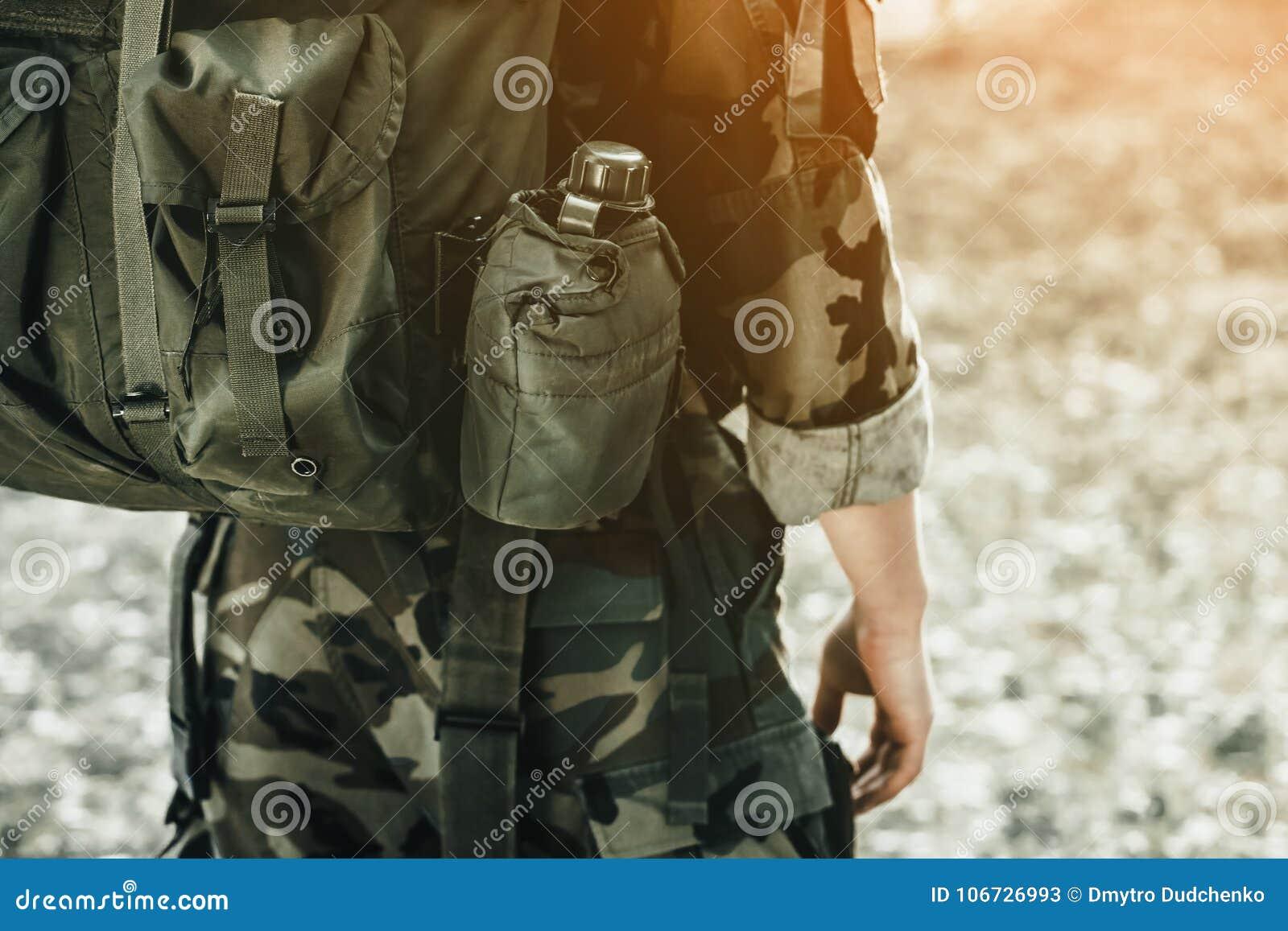 Der Soldat in der Leistung von Aufgaben in der Tarnung