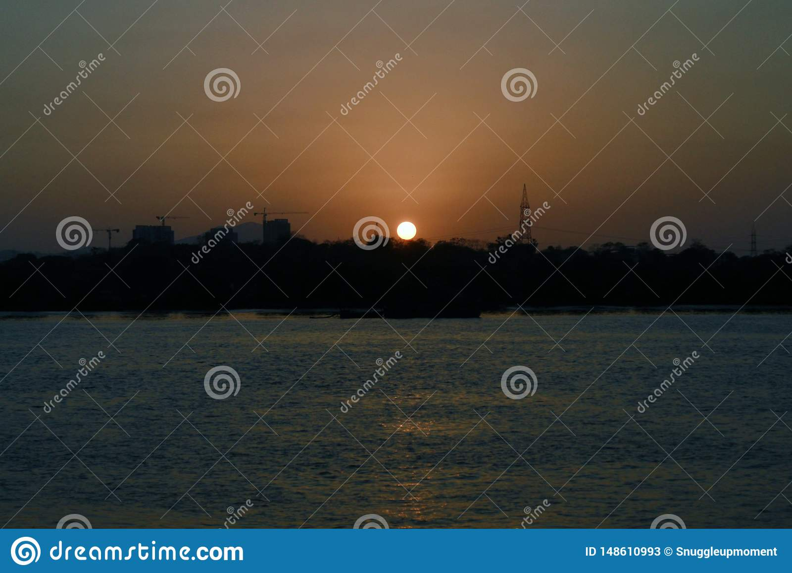 Der Sonnenuntergang nahe Fluss