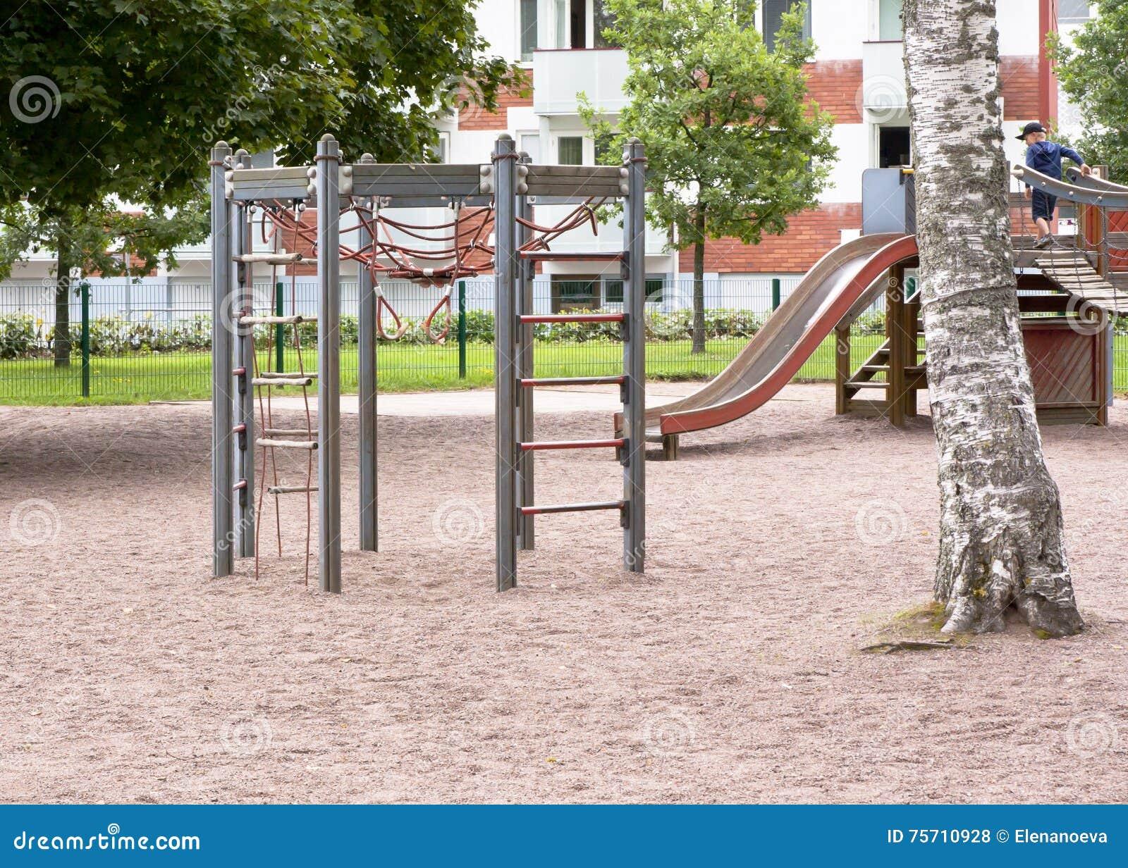Der Spielplatz Der Kinder Mit Dia, Kletterndem Rahmen Und Dem ...