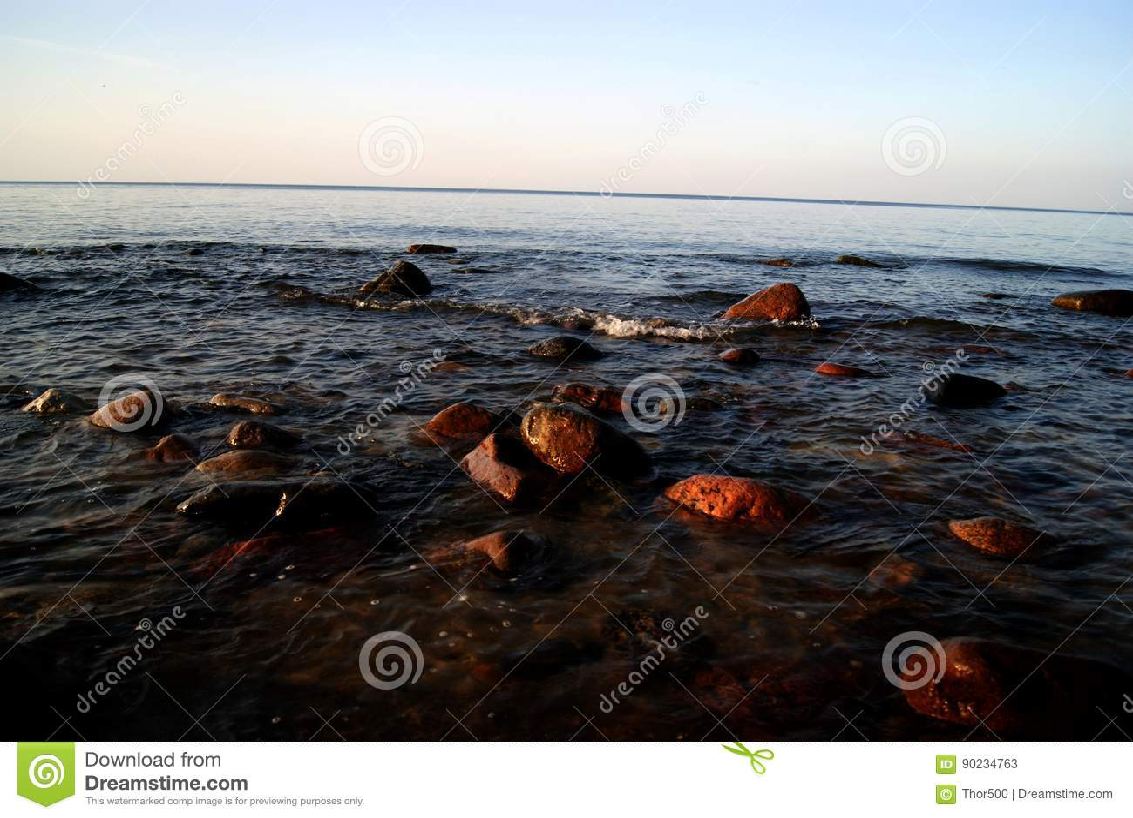 Der Stein auf dem Strand