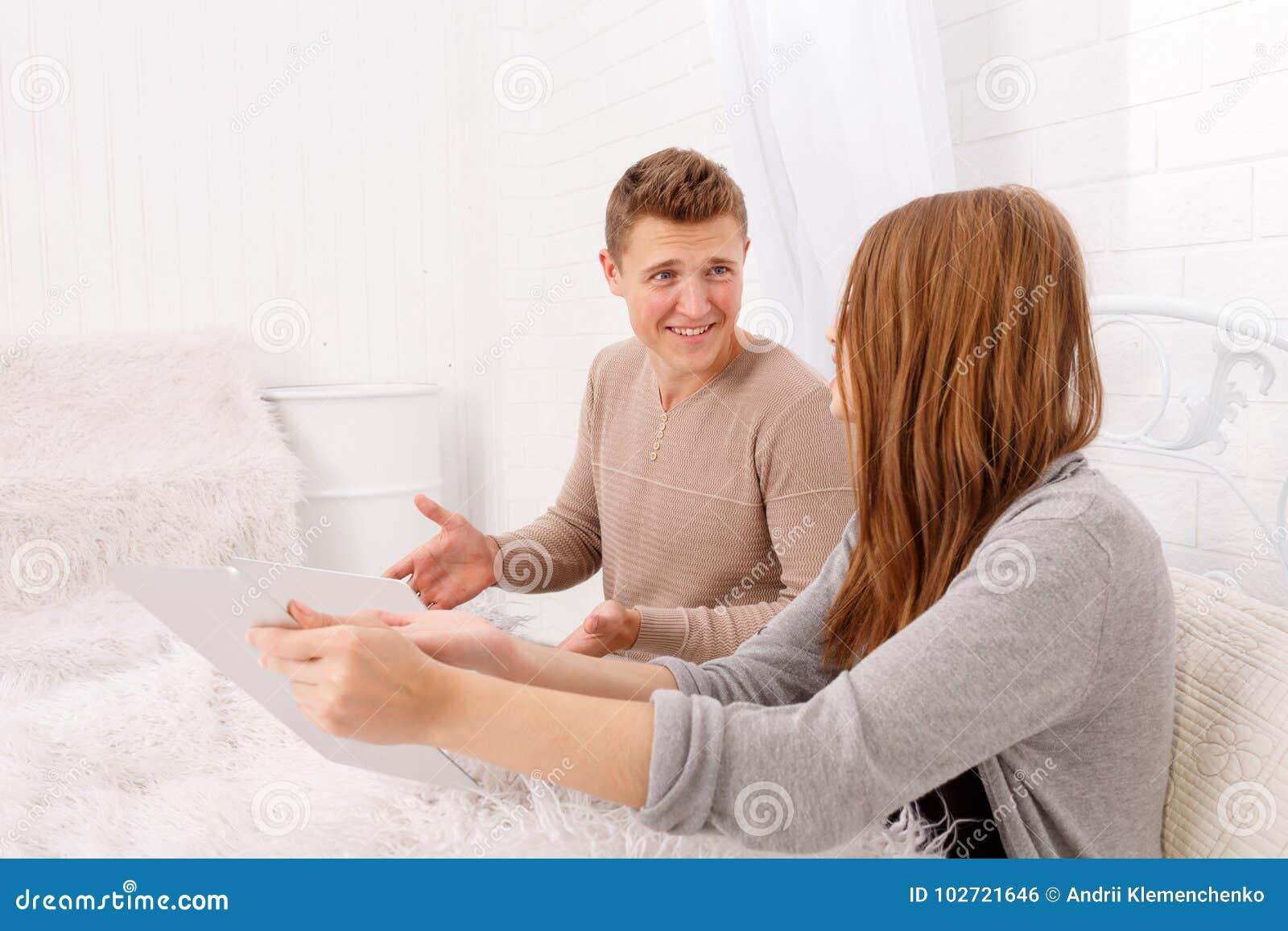 Der Streit eines Kerls und des Mädchens Ein junges Paar schwört Das Konzept von Streiten in den Familien