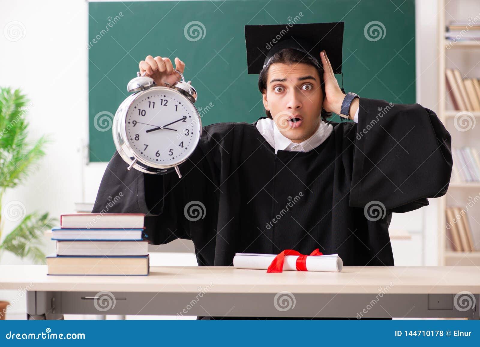 Der Student im Aufbaustudium vor gr?nem Brett