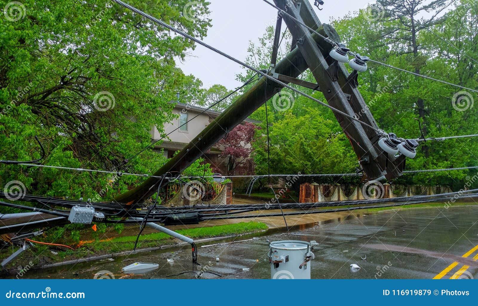 Der Sturm verursachte schweren Schaden der fallenden Neigung der elektrischen Pfosten