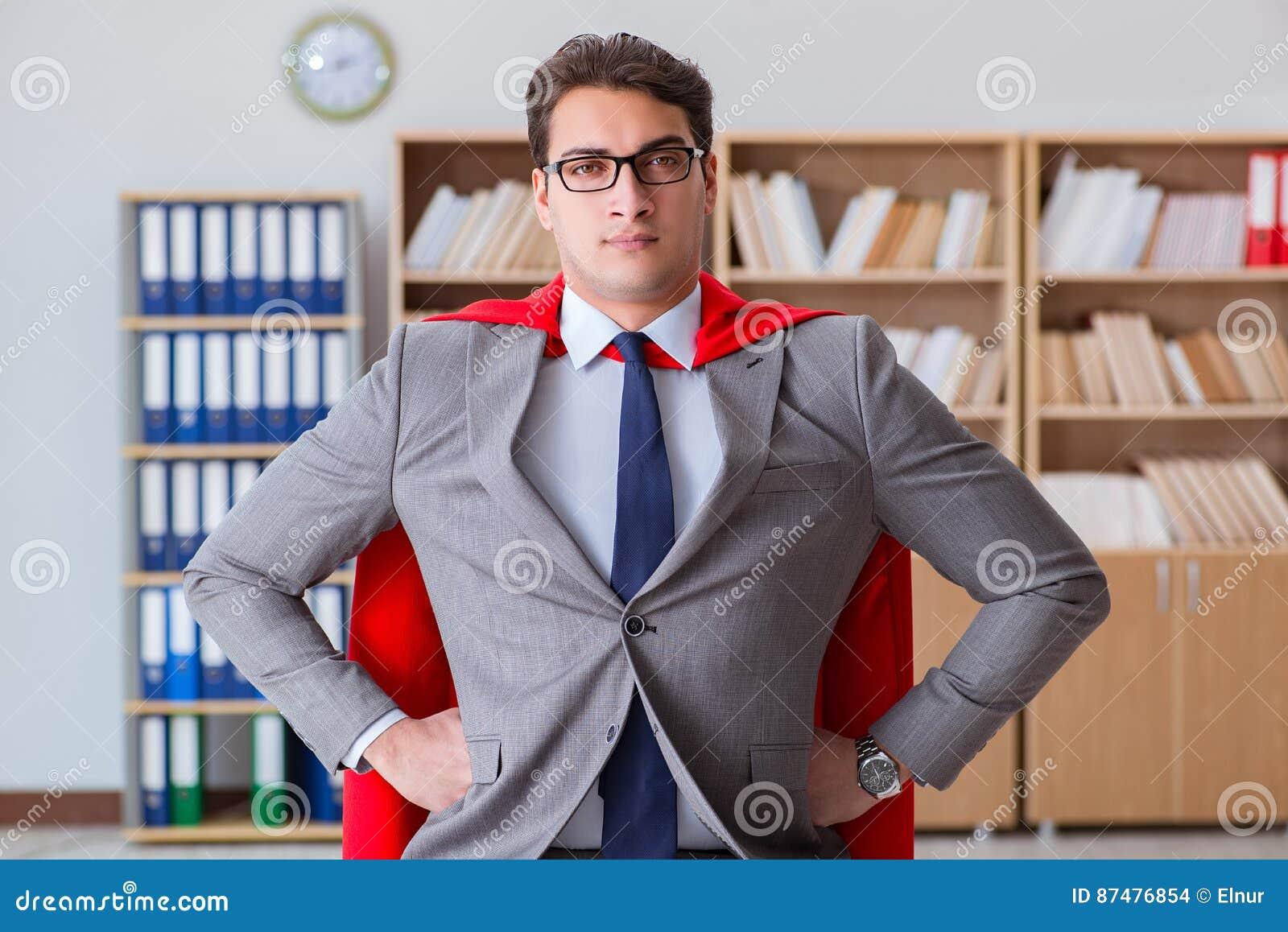 Der Superheldgeschäftsmann, der im Büro arbeitet