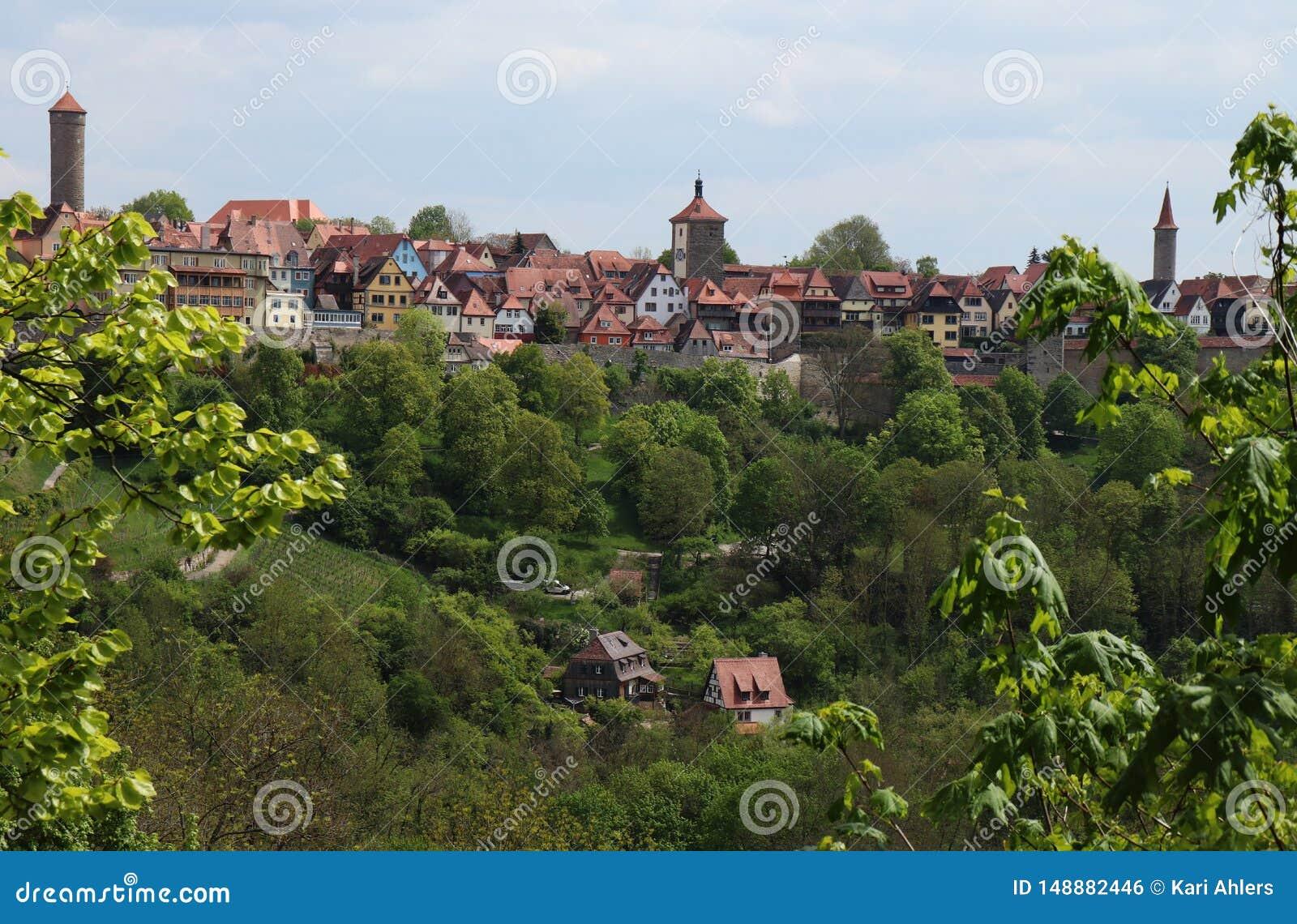 Der Tauber del ob di Rothenburg attraverso la valle ed attraverso gli alberi