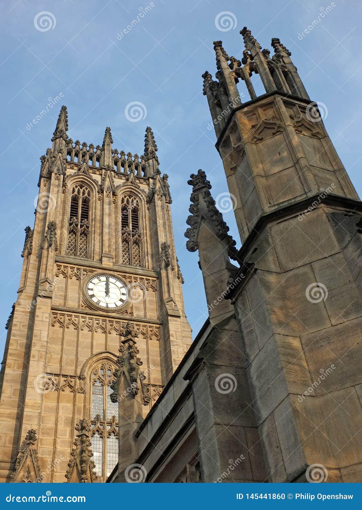 Der Turm und das Hauptgebäude des historischen St- Petersmünsters in Leeds, früher, welches die Gemeindekirche im Jahre 1841 absc