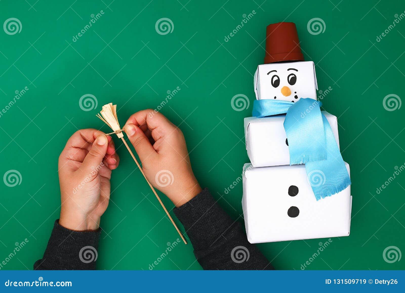 Der ursprüngliche Entwurf des Geschenks des Weihnachten drei des Weißbuches, ein Satinband in Form eines Schneemannes auf einem g