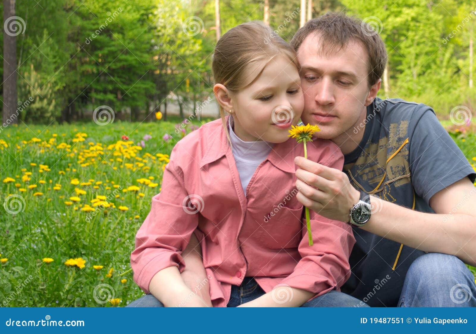 Der Vater und die Tochter auf einer grünen Wiese