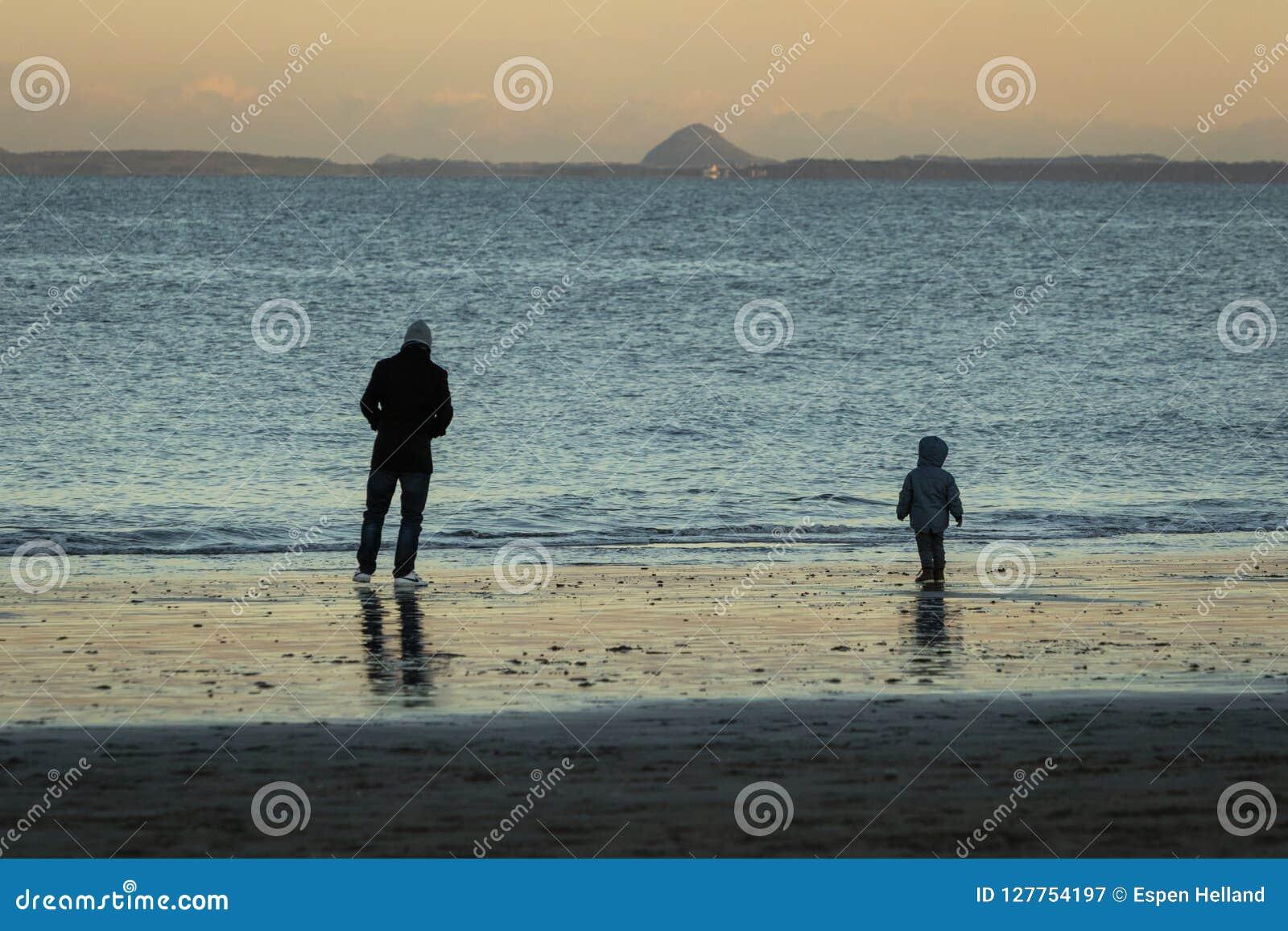 Der Vater und Sohn, die auf Portobello gehen, setzen Edinburgh auf den Strand