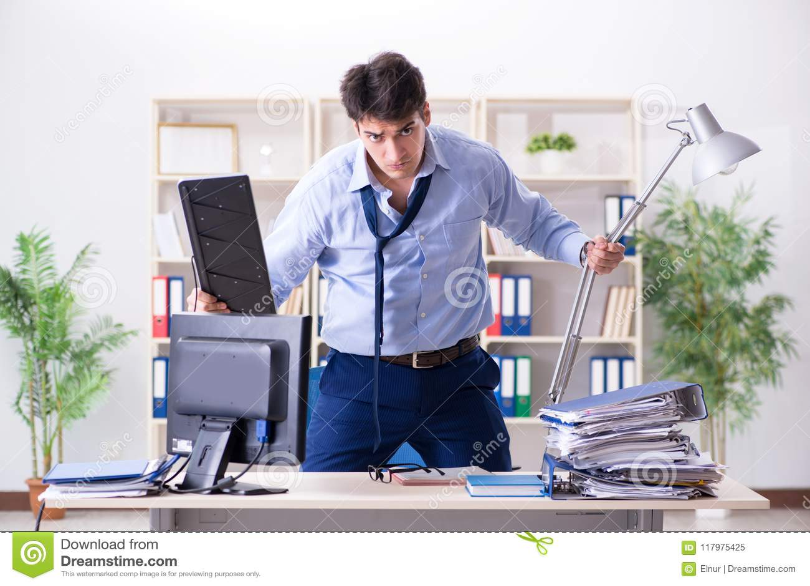 Der verärgerte Geschäftsmann frustriert mit zu vieler Arbeit