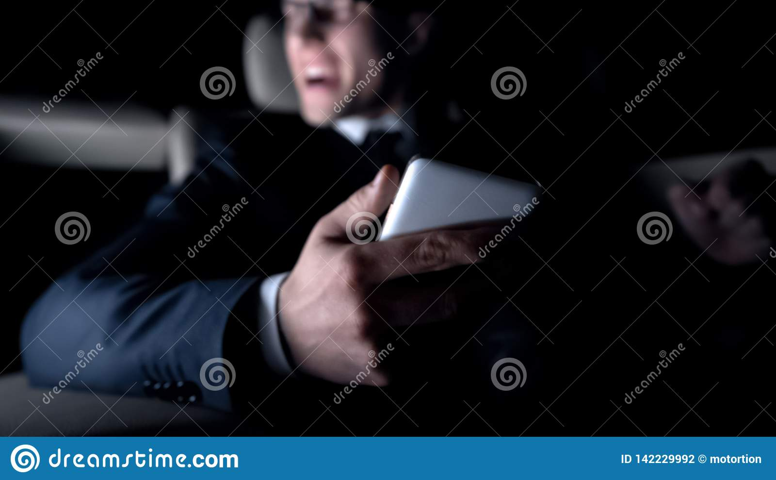 Der wütende Mann, der im Auto schreit, erhielt Mitteilung über ausfallen Vertrag, Arbeitsprobleme