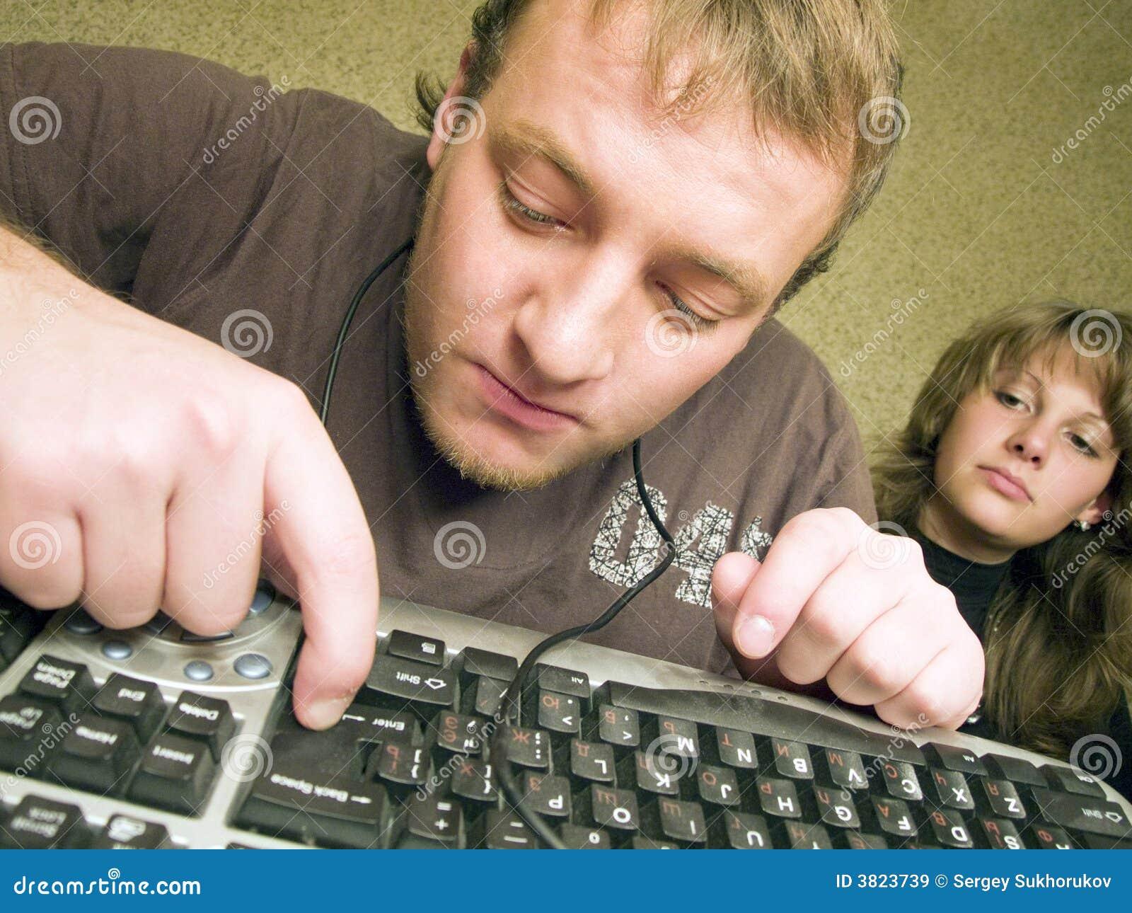 Der wütende Programmierer mit der Tastatur.