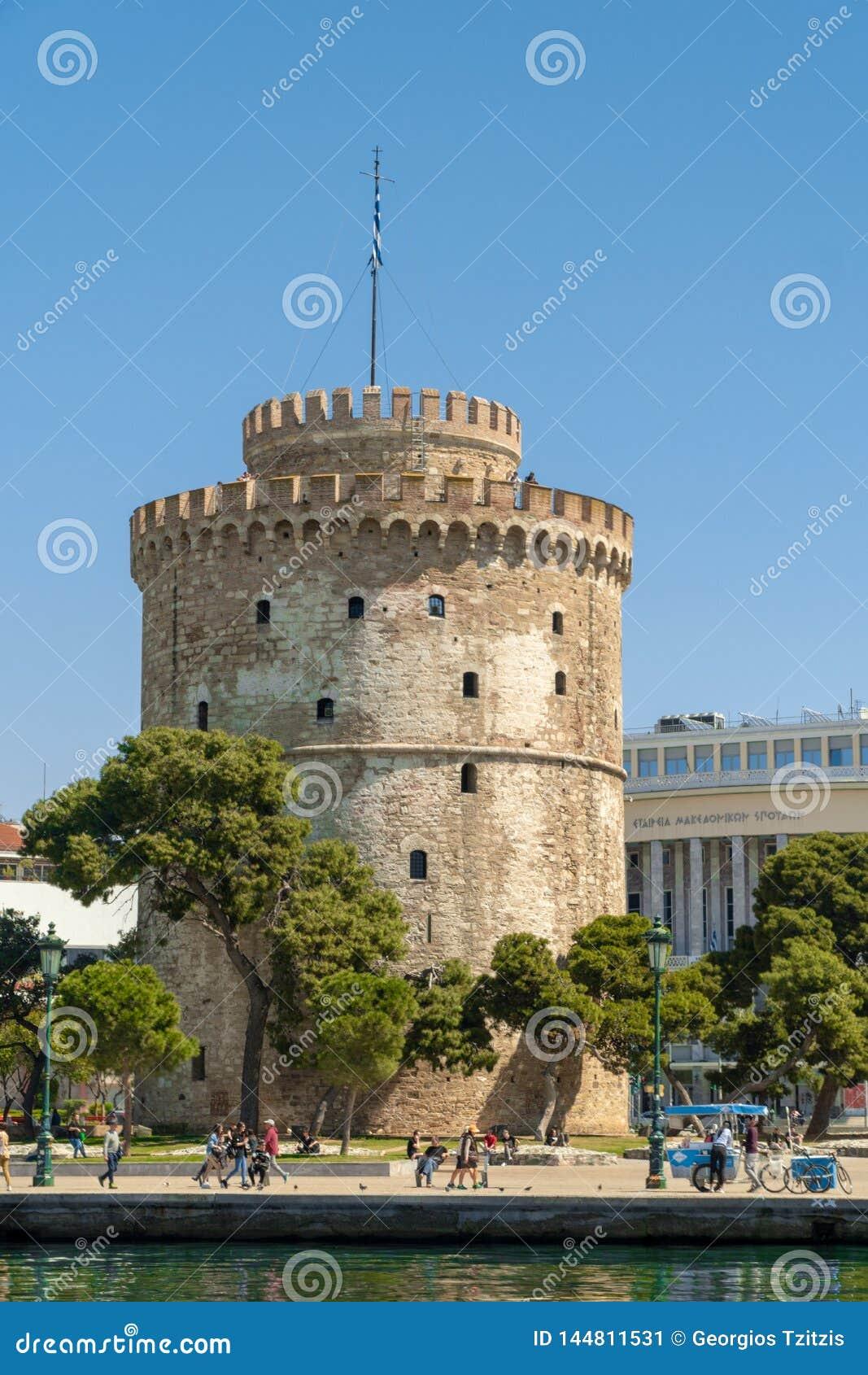 Der weiße Turm des Symbols und des Marksteins Saloniki-Stadt, schöner sonniger Tag nach langer Zeit des Regens und Wolken groß