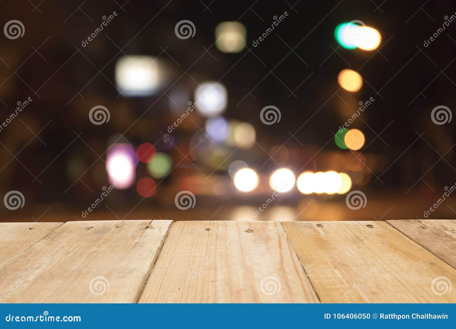 Derida sullo spazio in bianco di legno della tavola davanti a fondo vago, usato