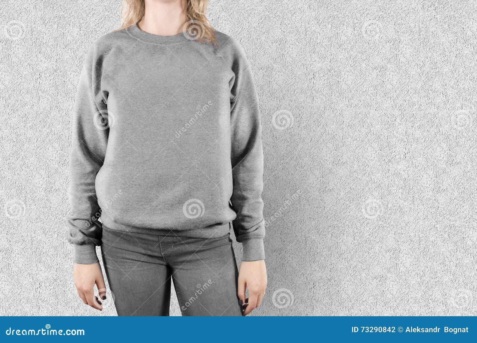 Derisione in bianco della maglietta felpata su Modello femminile di maglia con cappuccio della pianura di usura