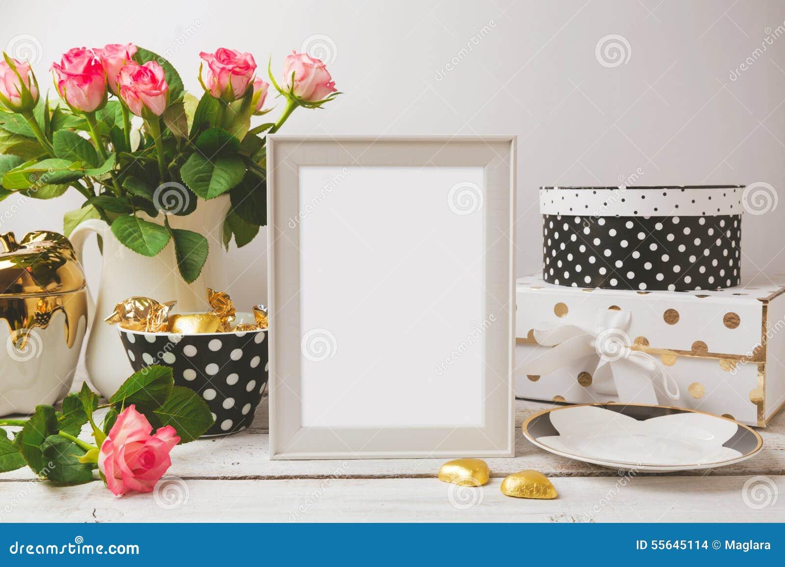 Derisione del modello del manifesto della cornice su con fascino ed oggetti femminili eleganti