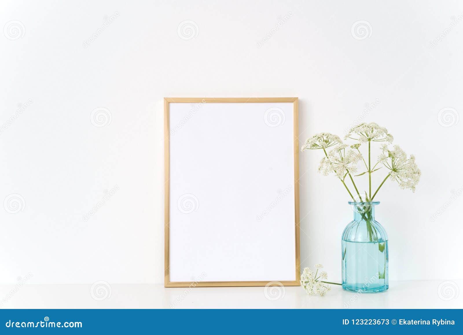 Derisione della struttura dell oro su con un ospite selvaggio in vaso blu Modello per, promozione, progettazione Modello per le p