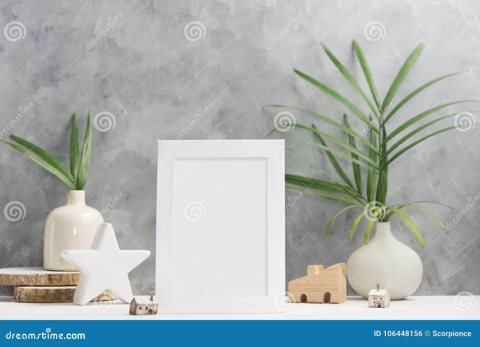 Derisione della struttura della foto su con le piante in vaso, decorazione ceramica sullo scaffale Stile scandinavo