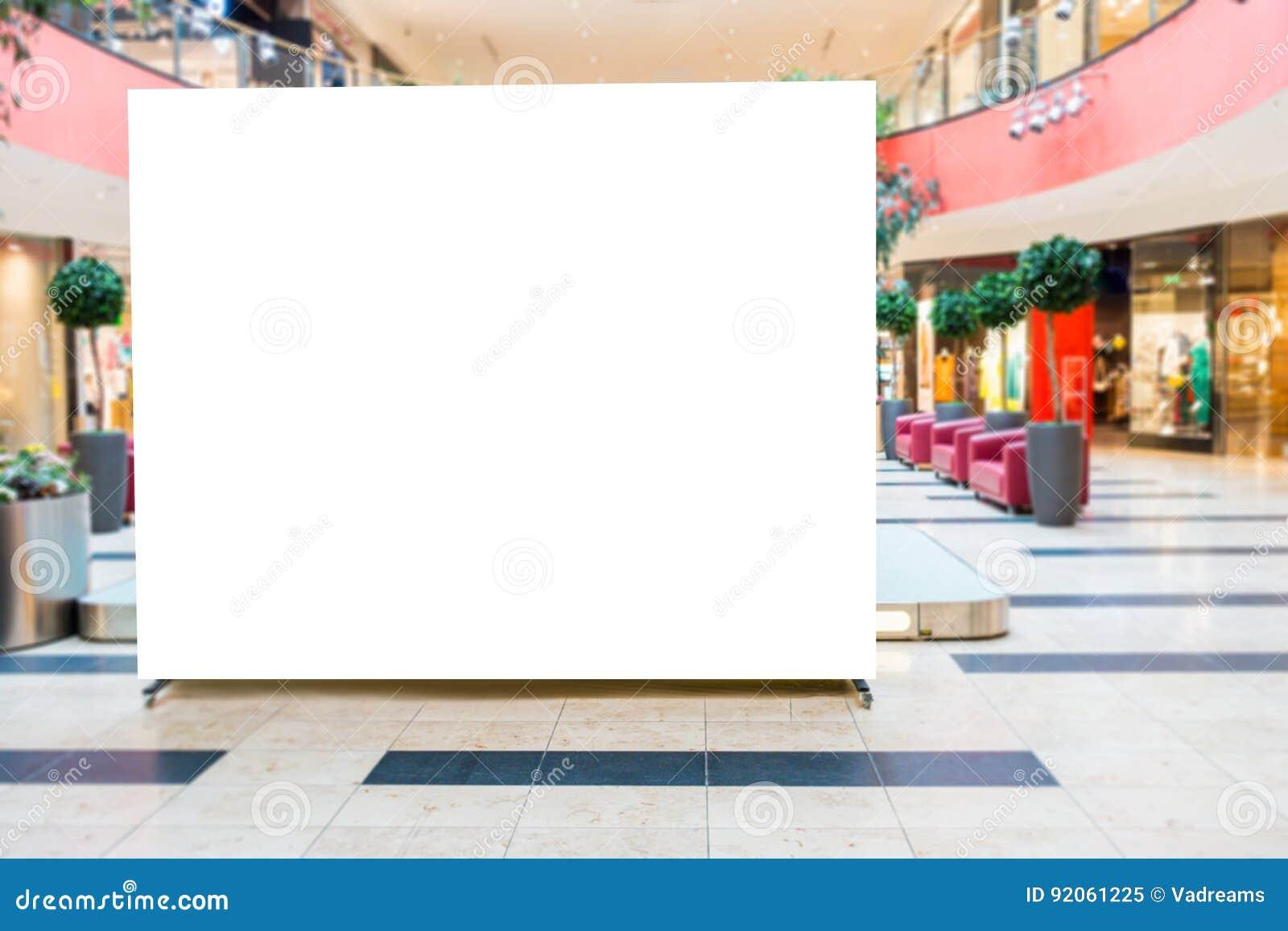 Derisione su Tabellone per le affissioni in bianco, annunciante supporto nel centro commerciale moderno