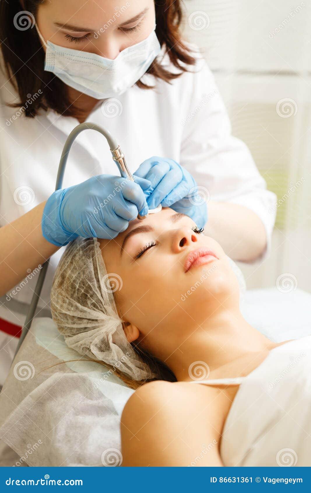 Dermabrasion enfrenta Cosmetologia do hardware