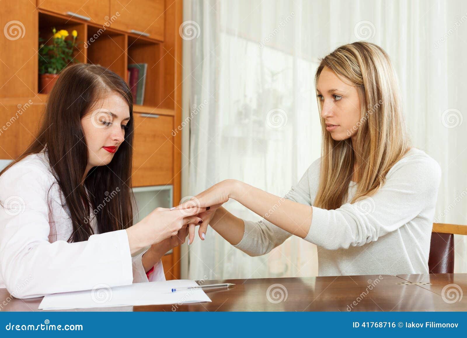 Dermatolog patrzeje cierpliwe ręki