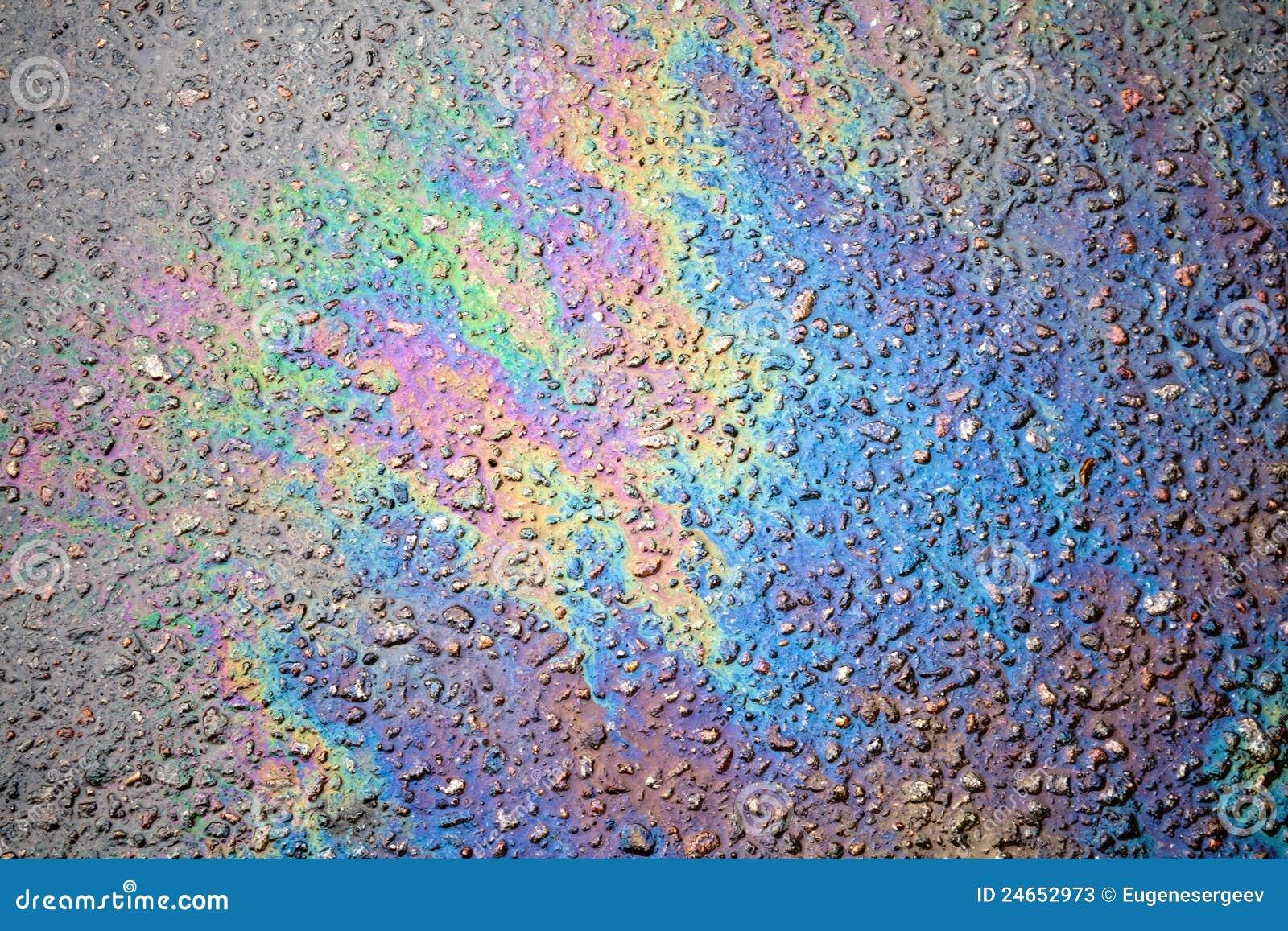 Derramamiento de petróleo en la carretera de asfalto